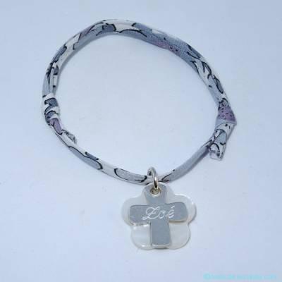 Bracelet personnalisé croix en argent et fleur de nacre sur Liberty