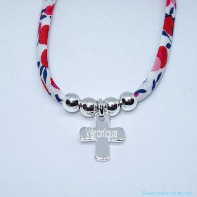 Pendentif petite croix et ses perles sur Liberty, en argent