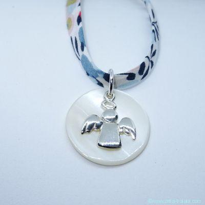 Pendentif croix en argent et fleur de nacre, sur cordon