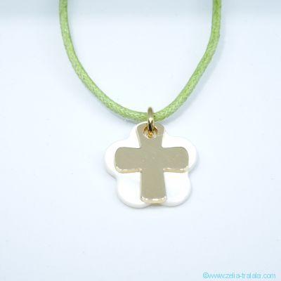 Pendentif croix en plaqué or sur fleur de nacre, sur cordon