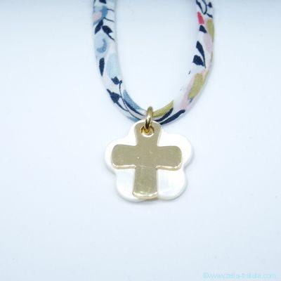Pendentif croix en plaqué or sur fleur de nacre, sur Liberty