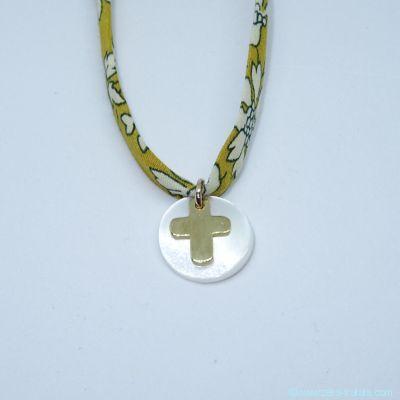 Mini-croix en plaqué or et sa nacre blanche, sur Liberty
