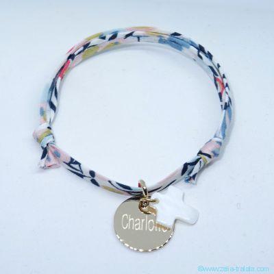 Bracelet personnalisé petite médaille plaqué or et croix en nacre sur Liberty