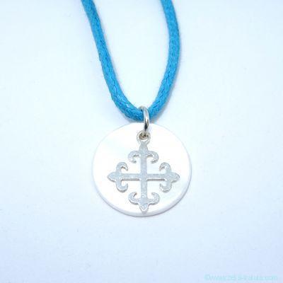 Pendentif croix fleurs de lys en argent sur nacre