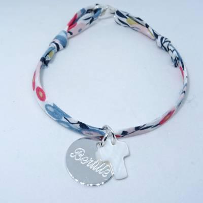 Bracelet personnalisé petite médaille en argent et croix en nacre sur Liberty