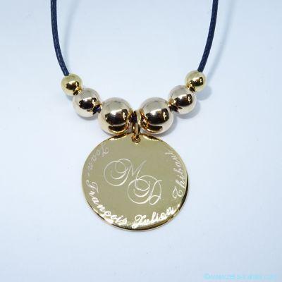 Pendentif médaille gravée et ses perles en plaqué or