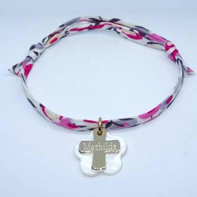 Bracelet personnalisé, croix plaqué or et sa fleur de nacre, sur Liberty