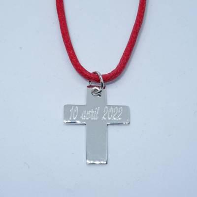 La grande croix en argent sur cordon