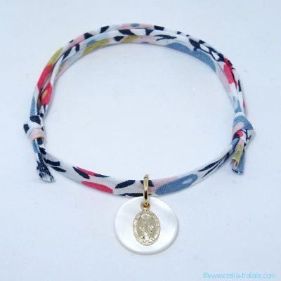 Bracelet personnalisé en Liberty, mini médaille Miraculeuse en plaqué or sur pastille de nacre blanche