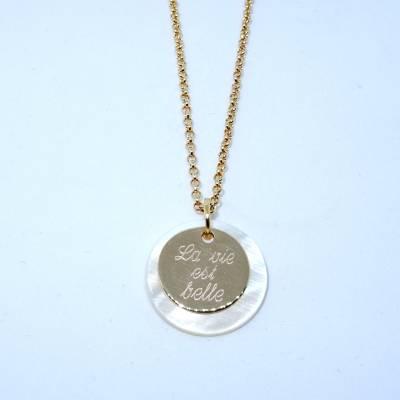Pendentif personnalisé petite médaille plaqué or sur pastille de nacre sur chaîne