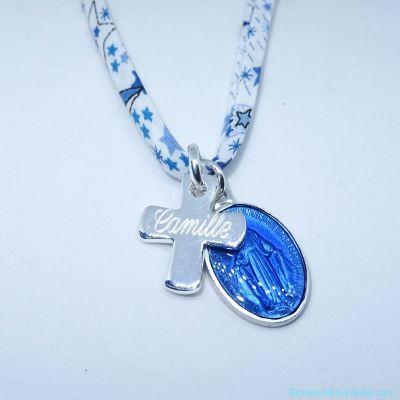 Pendentif personnalisé croix en argent et médaille Miraculeuse aluminium émaillé, sur Liberty
