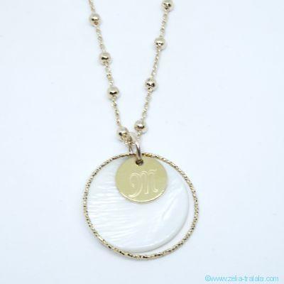 Pendentif pastille en nacre, anneau et mini médaille plaqué or