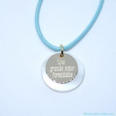 Pendentif personnalisé petite médaille plaqué or sur pastille de nacre